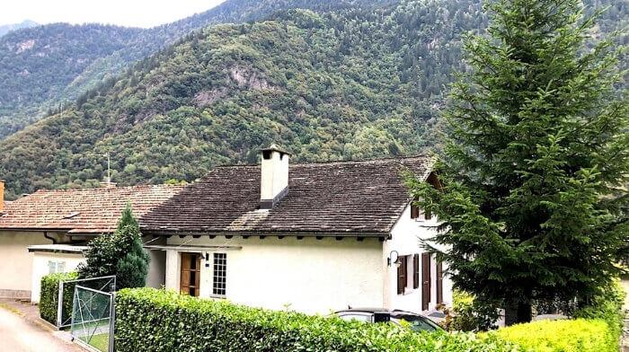 Rustikale Doppelhaushälfte mit Bergsicht in Lostallo